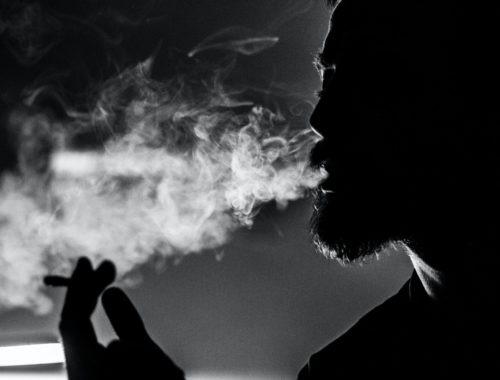 Homme qui fume du thé