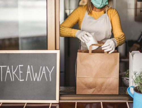 femme restaurant prépare une commande en livraison